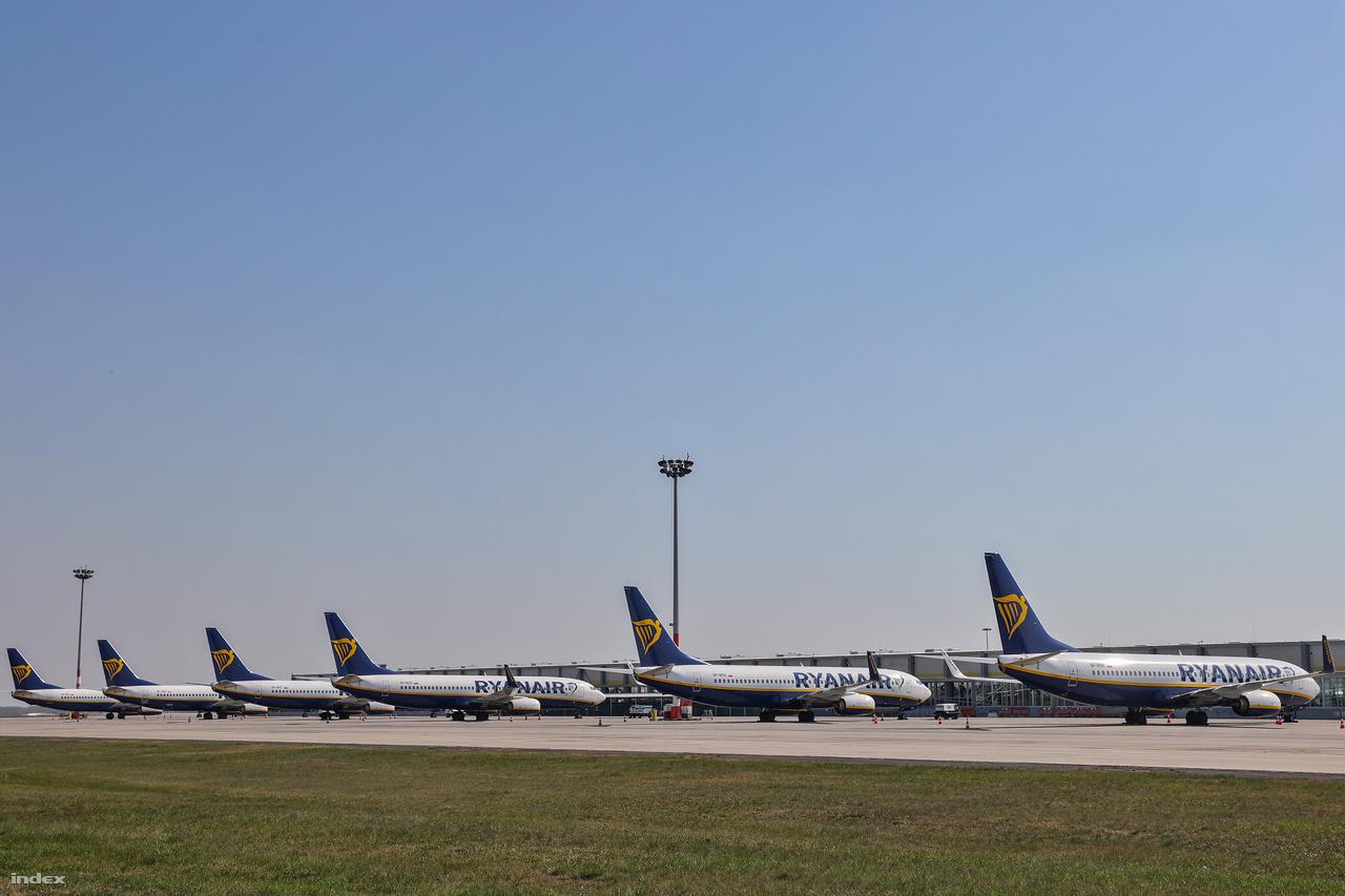 Nemcsak a külföldi utasok elszállítatlan járművei parkolnak a reptérnél, hanem több repülőgép is. Jelenleg 6-8 légijárművet tárol folyamatosan a repülőtér üzemeltetője, azonban a rendszert úgy alakították ki, hogyha szükséges, akár 100-150 légijármű is elfér. A közép- és hosszútávú tároláskor eltérő eljárásokat alkalmaz a Budapest Airport, mint a normál napi működéskor.  Ilyenkor a cél az, hogy minél kisebb helyen minél több légijárművet helyezzenek el úgy, hogy a tárolás közben is szükséges műveleteket – mint hajtómű átforgatás, a légijármű kisebb mozgatása, szellőztetés - is el tudják végezni biztonságosan.