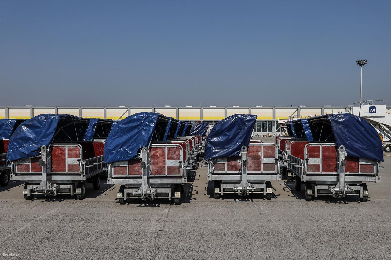 A dedikált cargo járatok továbbra is szállítanak árut, a menetrendszerű Cargolux, Turkish Airlines Cargo, Qatar Cargo és Korean Air Cargo mellett az integrátorok, futárcégek - a DHL Express, TNT Express, FedEx, UPS is rendszeresen üzemel. A rendkívüli helyzetre tekintettel egyes utasszállító légitársaságok is szállítanak légi teherárut: a Wizz Air vagy a LOT számos járattal hozott árut Kínából az elmúlt hetekben. Napi szinten jönnek nagy áruszállító cargo charterek számos légitársaság színeiben, például Boeing 747-esek vagy éppen két hete járt itt egy AN 124-es repülőgép.