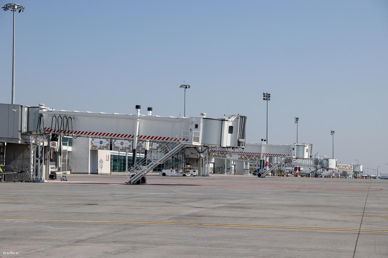 Töredékére esett vissza a Budapestről elérhető küföldi repterek száma is. Idén év elején még 153 ilyen volt, most mindössze 8 városba közlekednek járatok. Az elmúlt napokban a következő repterekre lehetett utazni: Dortmund (WizzAir), Eindhoven (WizzAir), Basel (WizzAir), London Luton (WizzAir), London Stansted (Ryanair), Stockholm NYO (WizzAir), Barcelona (WizzAir), Minszk (Belavia), Doha (Qatar Airways). Főleg Airbus A320, Boeing B737-800, Embraer75 típusú gépek, illetve péntektől légi áruszállítás miatt Dreamliner B787 és Airbus A330, A350-es gépek közlekednek a hazai légtérben.