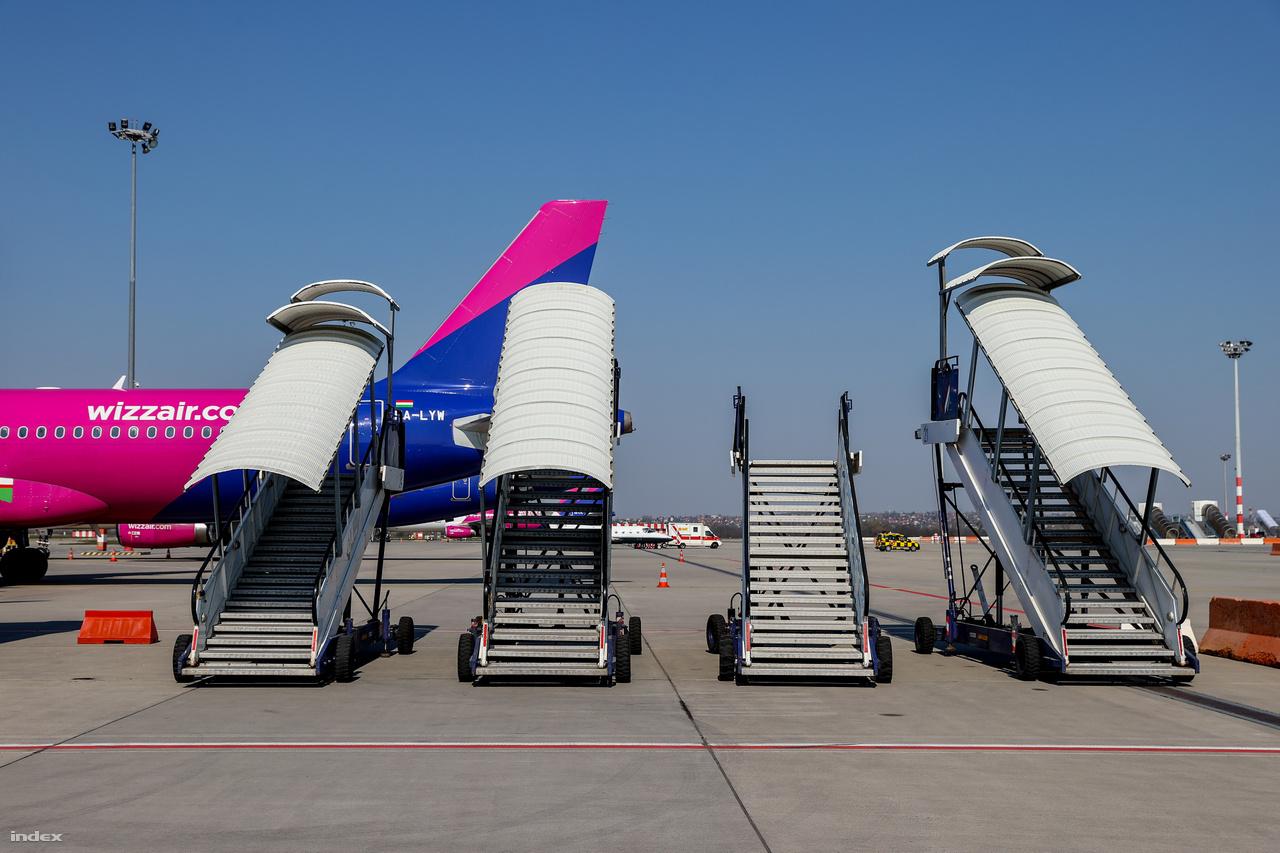 Bár az utasforgalom a töredékére esett, ezzel szemben a légi áruszállítás aránya növekedett az elmúlt hetekben a járvány miatt. Jelenleg átlagosan napi 25-30 cargo járat közlekedik, kétszer-háromszor annyi, mint utasszállító. Márciusban 12 303 tonna légi áru érkezett Budapestre, ami 7 százalékkal több a tavaly márciusi adatnál.