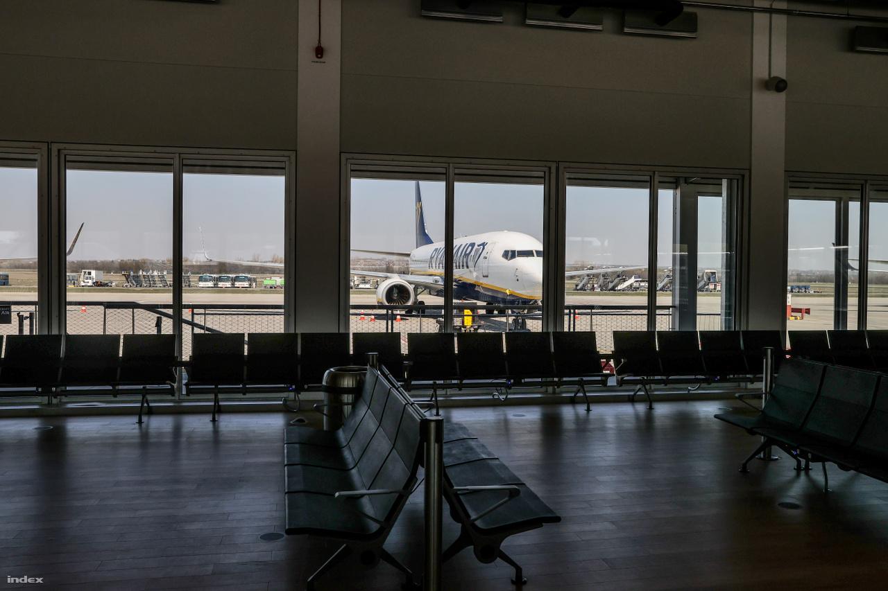 Év elején a Budapest Airport nagyszabású fejlesztési tervekkel készült az idei és az elkövetkező évekre: új terminálépület, további utasmólók és egyéb repülőtéri infrastrukturális elemek. A tervek egy részét azonban egy ideig halasztani kell. A reptér egyelőre a jelenlegi kiszolgálásra koncentrál, aztán pedig arra, hogy a járvány lecsengése után visszaépítsék a turistaforgalmat. Valószínüleg évekbe telik majd újraépíteni azt a 153 céljáratot (desztinációt), ami néhány hete még elérhető volt Budapestről.