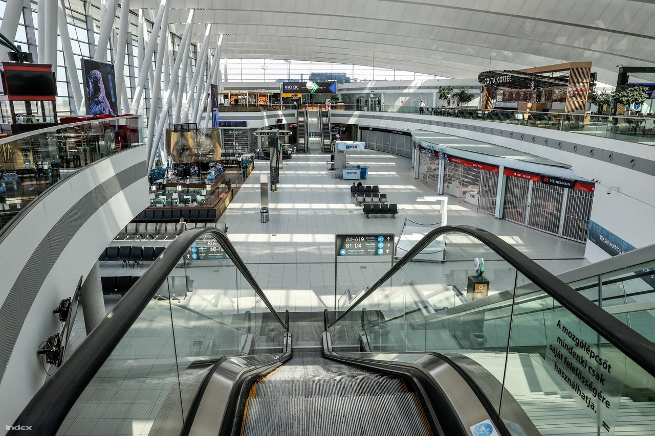 Hol van már a tavalyi rekord, amikor a reptér túllépte az évi 16 millió utasszámot! Idén április végéig 2,5 millió ülőhely-kapacitás tűnt el a menetrendből, a májusi adatokat pedig egyelőre még senki nem látja előre. Konkrétan 2019 áprilisában napi 44000 induló és érkező utas fordult meg a reptér érkező folyosóján vagy 74 check-in pultjánál, ez a szám most átlagosan napi 275-re zsugorodott. Április 6. és 12. között a tavalyi azonos időszak napjaihoz képest a teljes forgalom 304 789 utasról 2 161 főre csökkent, azaz 302 628 utas elpárolgott.