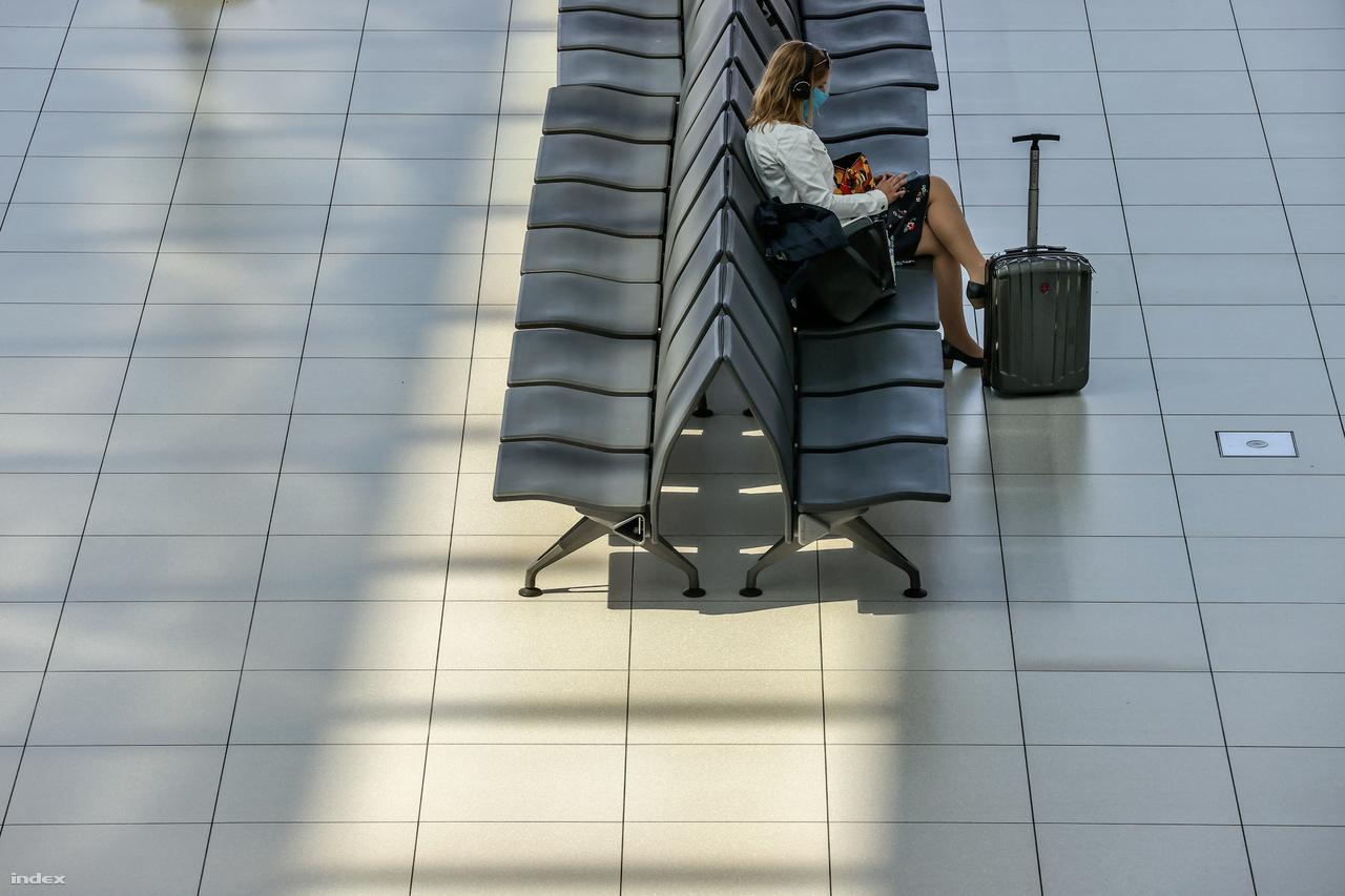 Normál (korábbi) utasforgalom mellett az induló utasok száma átlagosan 20-22 ezer fő naponta. A járvány miatt áprilisban eddig csupán napi 100 utas haladt át azon az egy üzemelő utasbiztonsági csatornán, ami megmaradt a 16-ból. A biztonsági személyzet a korábbi 140-150-es létszámról 40 fő utasbiztonsági ellenőrre olvadt, a teljes reptéri kiszolgáló személyzet pedig 210-ről 70 főre.
