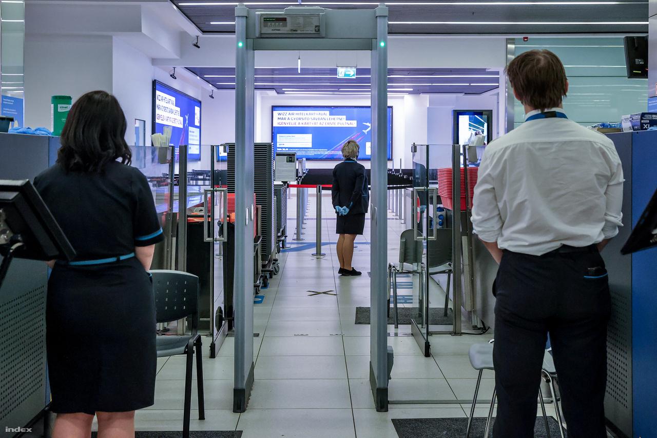 Az élet azonban nem állt meg teljesen. A Liszt Ferenc Nemzetközi Repülőtér üzemel, továbbra is fogad és indít járatokat, a repülőtéri eljárások pedig a hatályos rendeletek szerint zajlanak. A gépmozgások aránya 10 százalékára esett, azaz a fel- és leszállások száma a tavaly átlagos napi 320-ről 35-re csökkent. Ezekből is csak néhány utasszállító, a többi áruszállító repülőgép.