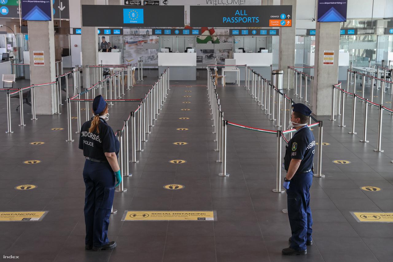 A repülőtér épületeiben padlómatricák, tájékoztató szövegek és hangosbemondók hívják fel az utasok figyelmét arra, hogy sorban állás közben tartsanak egymás közt 2 méteres távolságot. A B utasmóló útlevélkezelő kapui előtt a kordonok elhelyezése is megváltozott: csak minden második sor van nyitva, így biztosítva a várakozó utasok közötti kellő távolság betartását.