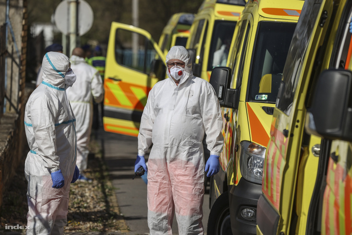 Mentőautók a Pesti úti Idősek Otthonánál 2020 április 8-án, ahol nagy nagyszámú bentlakó bizponyult fertőzöttnek