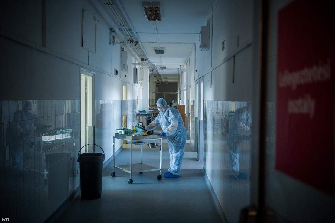Védõfelszerelést viselő ápoló a koronavírussal fertőzött betegek fogadására kialakított izolációs teremben a budapesti Országos Korányi Pulmonológiai Intézetben 2020. április 3-án.