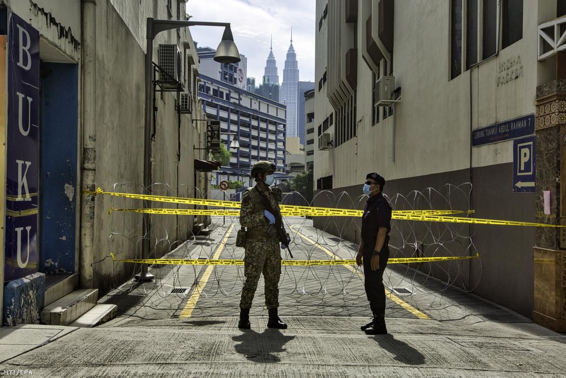 Katonák egy karantén alá vont épületet Kuala Lumpurban 2020. április 15-én. Malajzia kormánya április 28-ig tartó kijárási korlátozásokat vezetett be a koronavírus-járvány megfékezése érdekében.