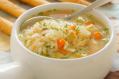 Zöldséges csirkeleves rizzsel: laktató egytálételként is megállja a helyét