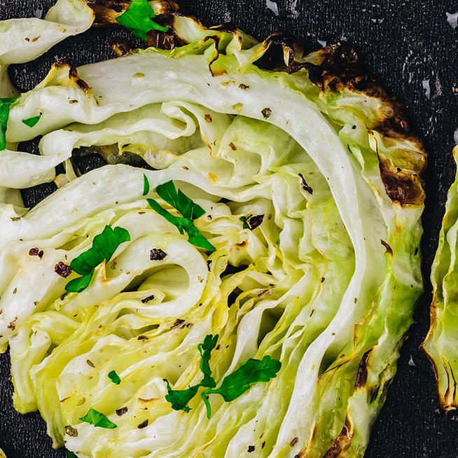 Egészséges köret: tepsiben sült káposzta fűszerekkel és sajttal