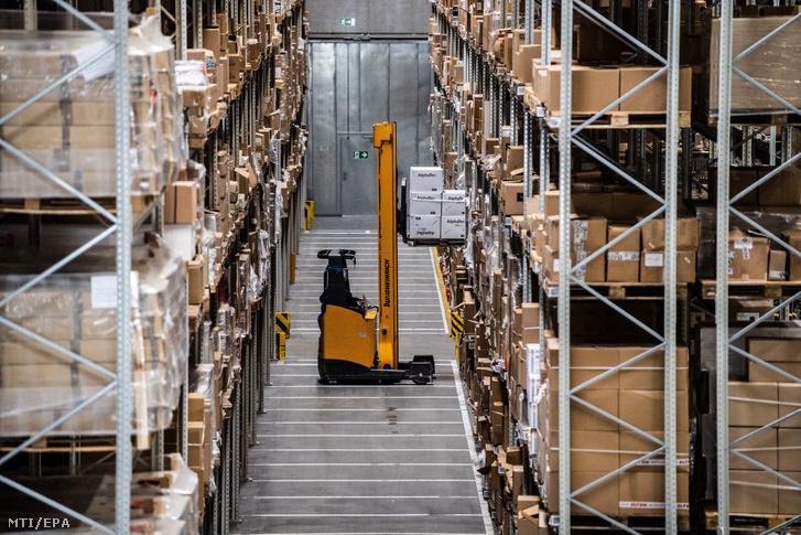 Egy Berlin közelében lévő globális logisztikai szolgáltató cég egyik raktárépületében dolgozik egy alkalmazott 2020. április 16-án.