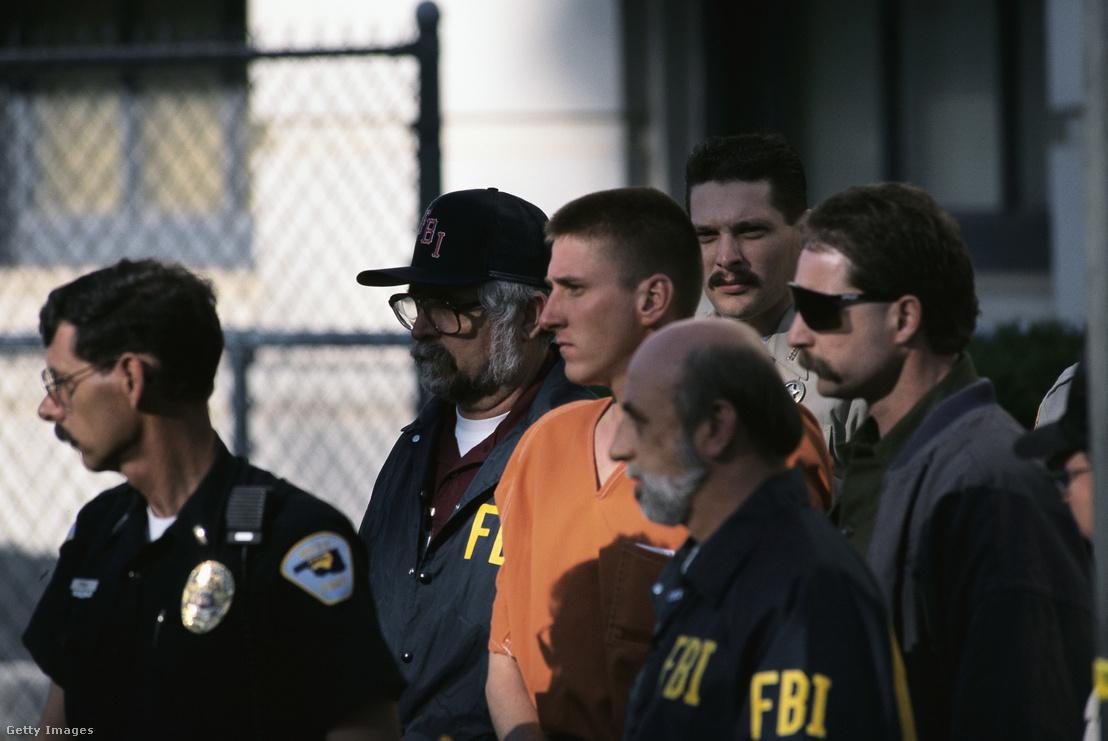 Timothy McVeigh szövetségi ügynökök gyűrűjében az elfogása utáni átszállítás közben