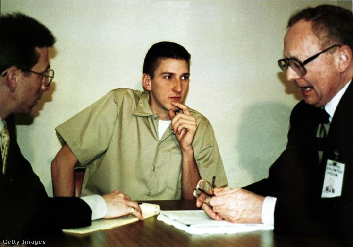 Timothy McVeigh az ügyvédeivel a börtönben 1995 júniusában.