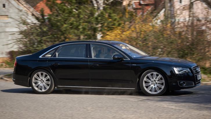 Quattro hajtás, hosszú tengelytáv és főúri tömeg: az A8L W12 nem sportkocsi. De azért igyekszik, ha küldjük neki