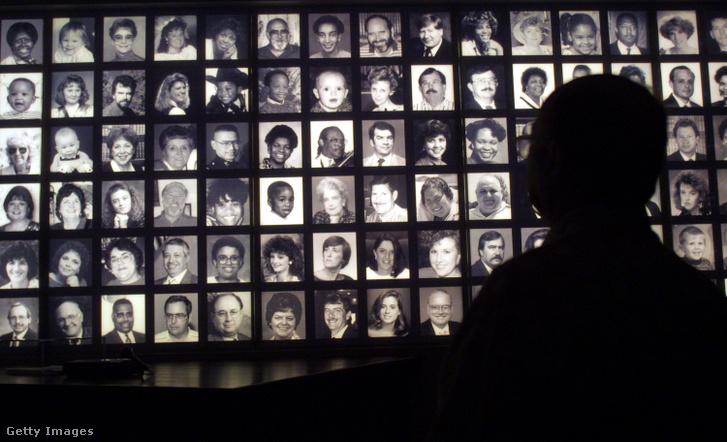 Az áldozatok fotója a robbantás helyszínén lévő emlékhelyen