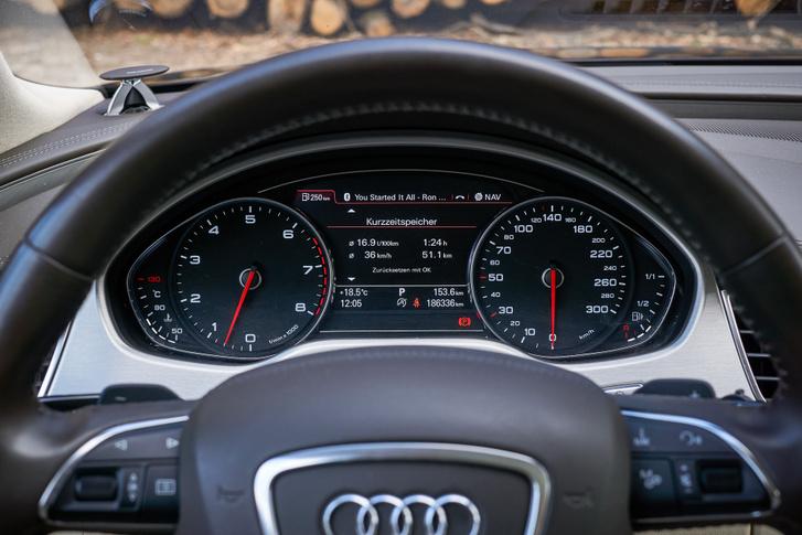 Az Audi műszerek évtizedek óta nagyon szépek és letisztultak, bár ma már képernyőt találunk a helyén