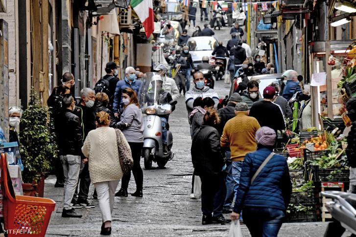 Zsúfolt piac Nápolyban 2020. április 8-án ahol a szűk utcák miatt nehéz megvalósítani a kormány által a koronavírus-járvány megfékezése érdekében elrendelt közösségi távolságtartást.
