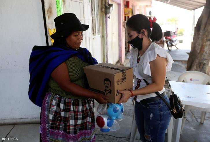 Alejandrina Guzmán ételcsomagot oszt Guadalajarában 2020. április 16-án