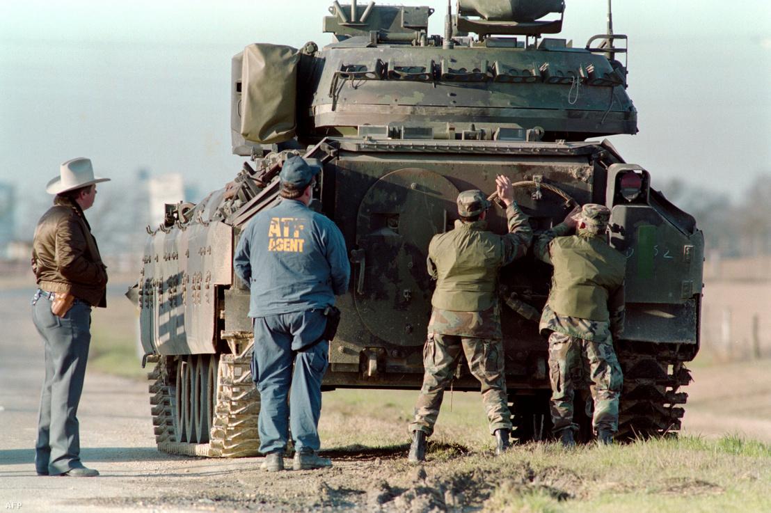 Harckocsi a Mount Carmel Center közelében 1993. március elején