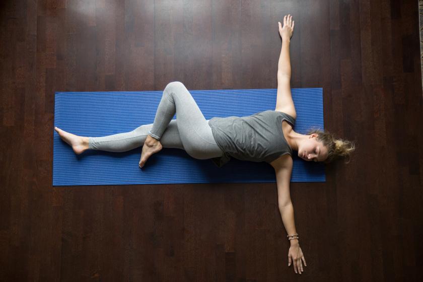 Háton fekvésből is indíthatod a gyakorlatot: nyújtsd ki oldalra mindkét kezed, majd húzd fel a bal térded, és behajlítva engedd le jobbra! A fejed közben fordítsd el balra! Tartsd meg 10 másodpercig, majd végezd el a másik irányba is a nyújtást!
