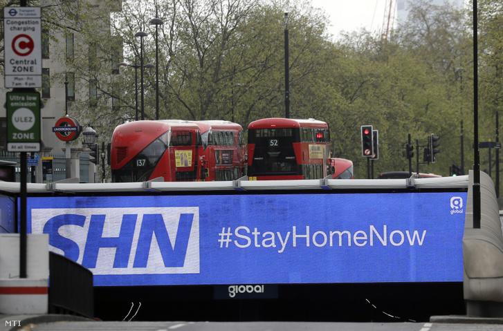 Most maradj otthon jelentésű felirat egy londoni úton a koronavírus-járvány idején 2020. április 13-án
