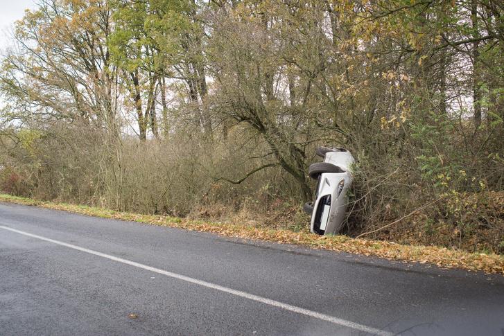 Úgy feküdt ott szegény autó, mint valami megunt és elhajított játék