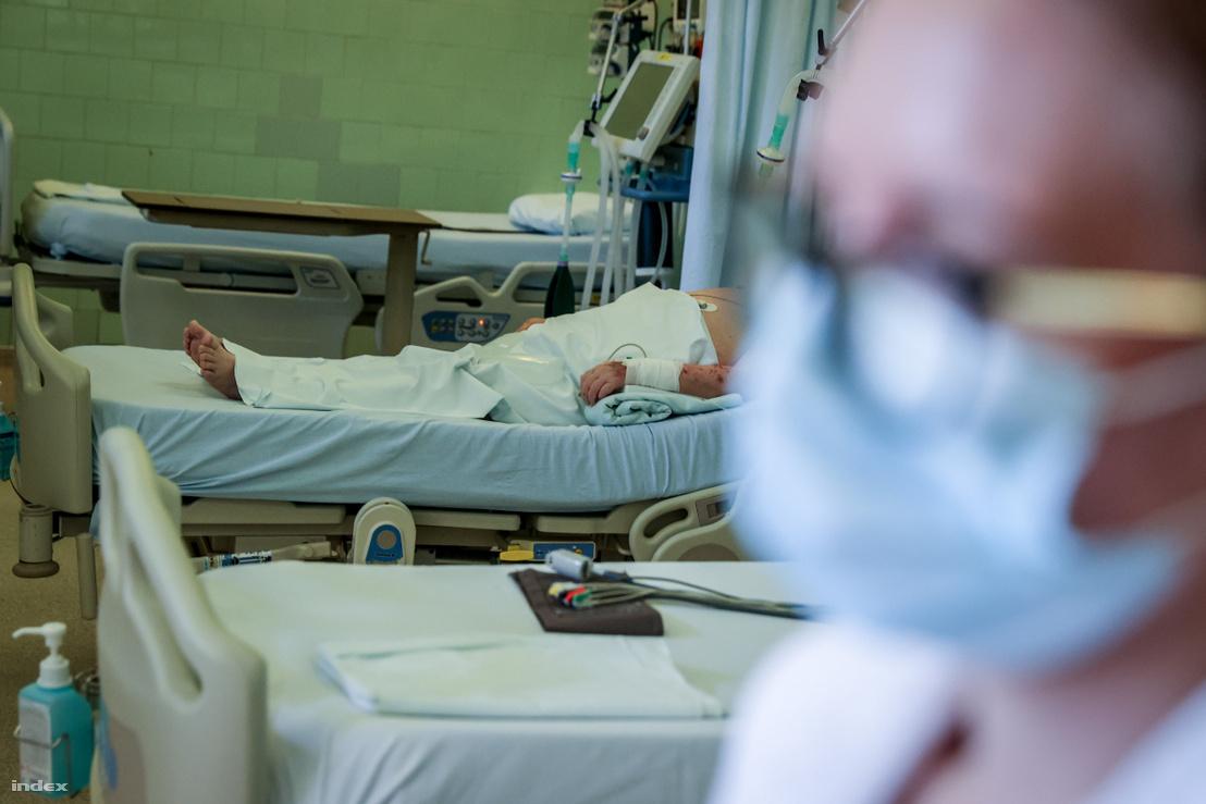 Lélegeztetőgépen lévő beteg a Szent János kórházban 2020. március 27-én