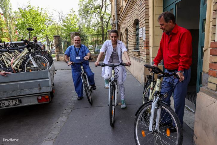 Biciklik próba közben, Szlávik János (jobb oldalt) is kipróbálta az átadott kerékpárok egyikét
