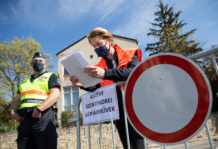 Önkormányzati rendész rendszámjegyzékkel a kezében 2020. április 10-én. A koronavírus-járvány miatt az önkormányzat a húsvéti ünnepek alatt lezárta a belvárost a nem helyi látogatók elől.