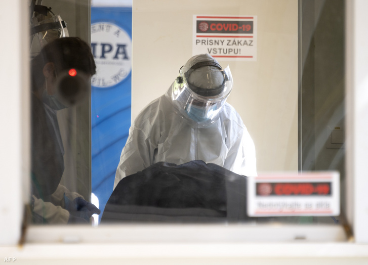 Egészségügyi dolgozó egy új lehetséges koronavírussal fertőzött beteg tesztelését készíti elő a Kramare Egyetemi kórházban Pozsonyban 2020. április 8-án