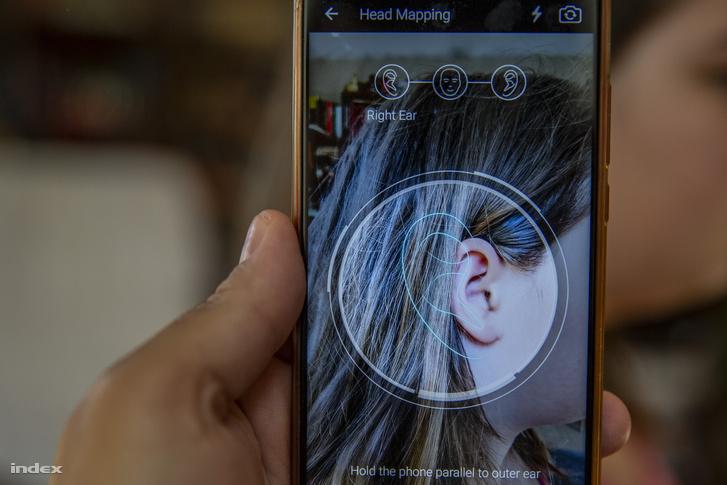 Mielőtt használni szeretnénk a fejhallgató holografikus funkcióját, le kell tölteni egy appot hozzá, ami méretet vesz rólunk.