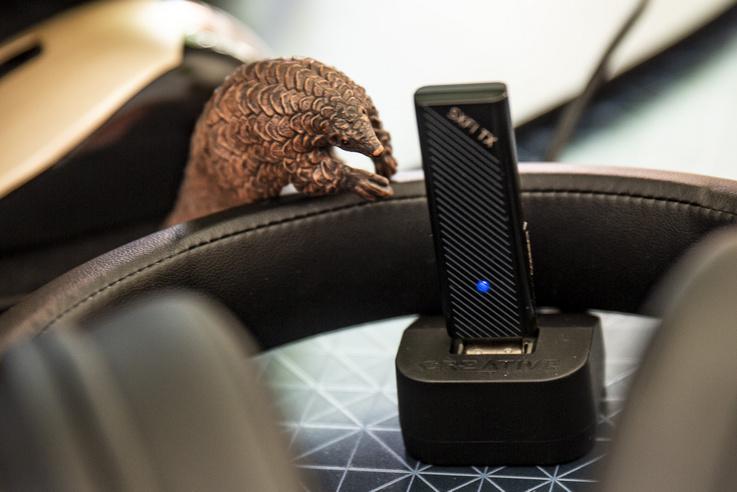 A drótnélküli kapcsolat lelke az USB-n a laptophoz, vagy PC-hez, vagy PS4,és Nintendo Switch konzolokhoz kapcsolódó, pendrive méretű 2,4 GHz-es kis jeladó.