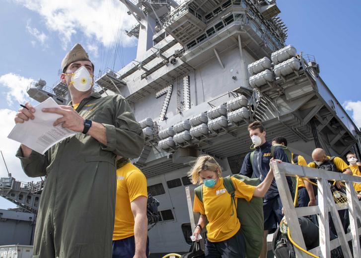 Az amerikai haditengerészet által kiadott fotón a Theodore Roosevelt repülőgép-hordozón szolgálatot teljesítő haditengerészek szállnak partra 2020. április 13-án