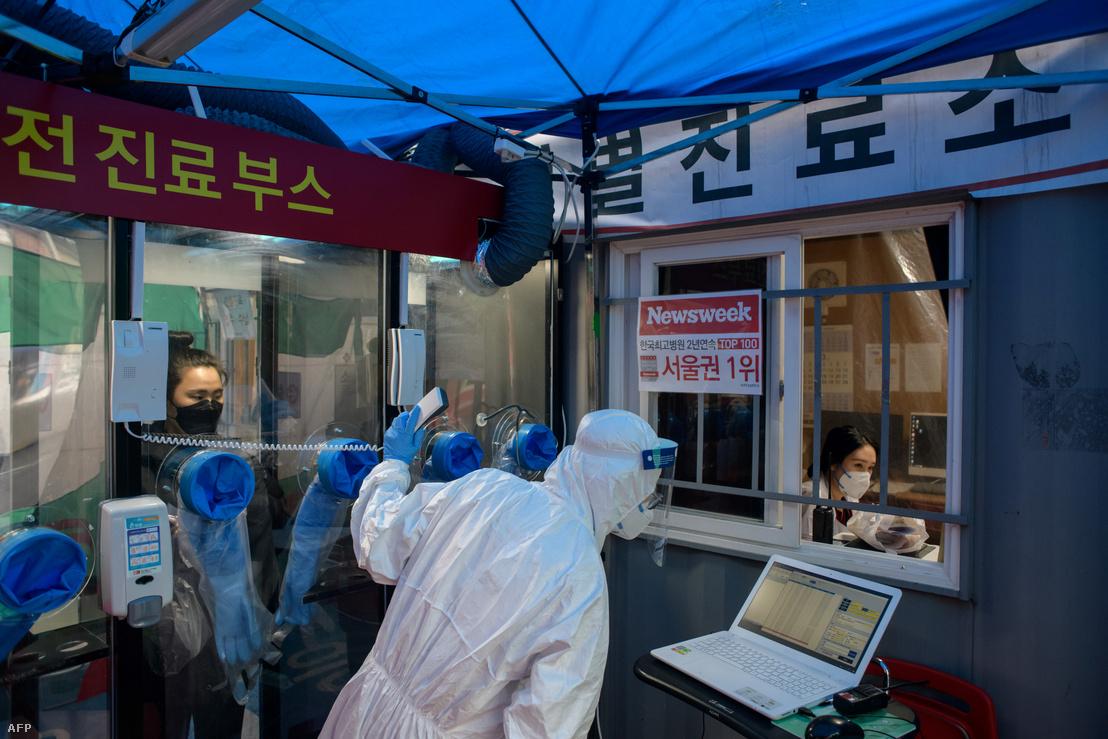 Koronavírus-tesztelésre felállított vizsgáló kabin a szöuli Jangji kórháznál 2020. március 17-én. Az intézmény telefonfülke-szerű tesztelő létesítményeket vezetett, az egészségügyi személyzet érintésmentesen tud mintát venni a lehetséges betegektől, így csökkentve a továbbfertőződés veszélyét.