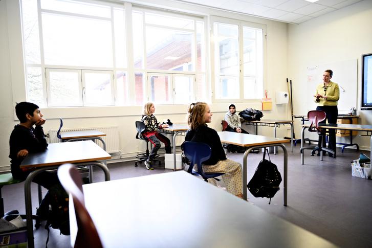 Mette Frederiksen dán miniszterelnök beszélget diákokkal egy koppenhágai általános iskolában, miután 2020. április 15-én részlegesen újranyitották az országban az iskolákat