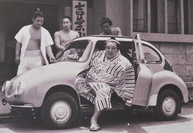Méghogy a Subaru 360 kicsi. Egy szumó-bírkózó simán elfér benne fél seggel