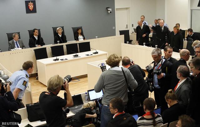 Breivik visszatérő pózával jelent meg az ítélethirdetésen