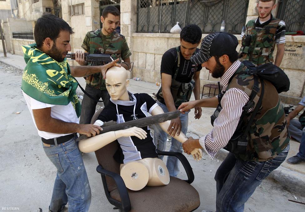 Sokszor negyedről negyedre, házról házra folytak a harcok Aleppóban, ahol a felkelők fegyveresnek öltöztetett bábúval is próbálták növelni a létszámukat.