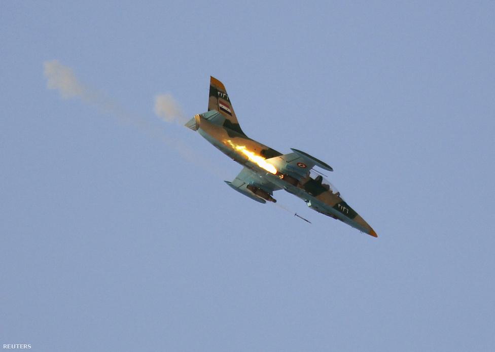 A rezsim rendszeresen bevetette a légi erőt is a harcokban, vadászgépekkel és harci helikopterekkel is támadták a felkelők állásait. A hónap elején lezuhant egy vadászgép, de akkor a felkelőknek ellentmondva az állami tévé csak arról beszélt, hogy műszaki hiba miatt semmisült meg.