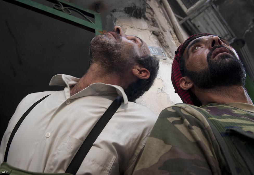 A szíriai felkelők és kormányerők egész augusztusban harcoltak Aleppóért, az ország kereskedelmi központjáért, miközben Damaszkuszban, a fővárosban is időről időre összecsapások robbantak ki.