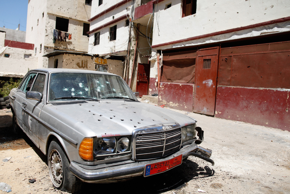A libanoni összecsapásokban meghalt egy fiatal szunnita sejk. Az alaviták lakta Dzsabal-Mohszen és a szunniták lakta Kobbe negyed közötti harcokban mindkét negyed kigyulladt. Összesen tíznél is többen haltak meg, közel százan pedig megsebesültek.