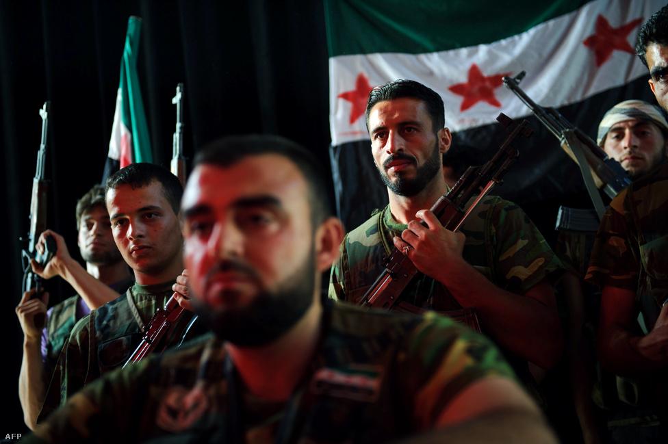 Folyamatosan dezertálnak a katonák a szíriai kormányerőktől. A felkelők Szabad Szíriai Hadseregéhez (FSA) jelentkezve eligazítást kapnak, majd legtöbbjüket a legfontosabb csatatérként számon tartott Aleppóba küldik harcolni.