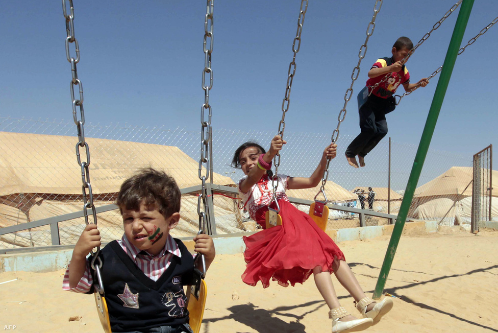Szíriai menekült gyerekek játszanak. Az ENSZ menekültügyi ügynöksége szerint összesen már 235 200-an hagyták el otthonukat, a legtöbben Törökországba menekültek, de az összes környező országba érkeztek szíriaiak.