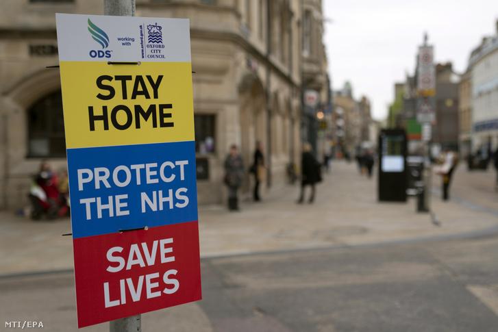 Maradj otthon, védd az Országos Egészségügyi Szolgálatot és ments életeket jelentésű feliratok az oxfordi Fő utcában 2020. április 17-én