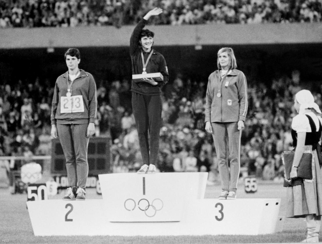 Németh Angéla olimpiai bajnok, Mihaela Penes (b, Románia) ezüstérmes és Eva Janko (j, Ausztria) bronzérmes gerelyhajítók az 1968. évi mexikói olimpiai játékokon a győzelmi emelvényen.
