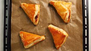 Ne spórolj a töltelékekkel! Leveles tészta sonkával, sajttal, juhtúróval és medvehagymával töltve