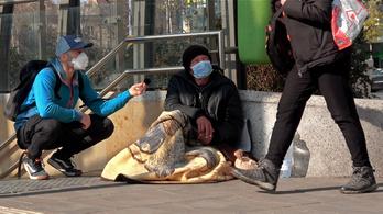 Most a hajléktalanok sajnálják, aki a lakásában ül