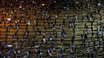 Egymástól kétméteres távot tartva tüntetett több ezer ember Netanjahu ellen