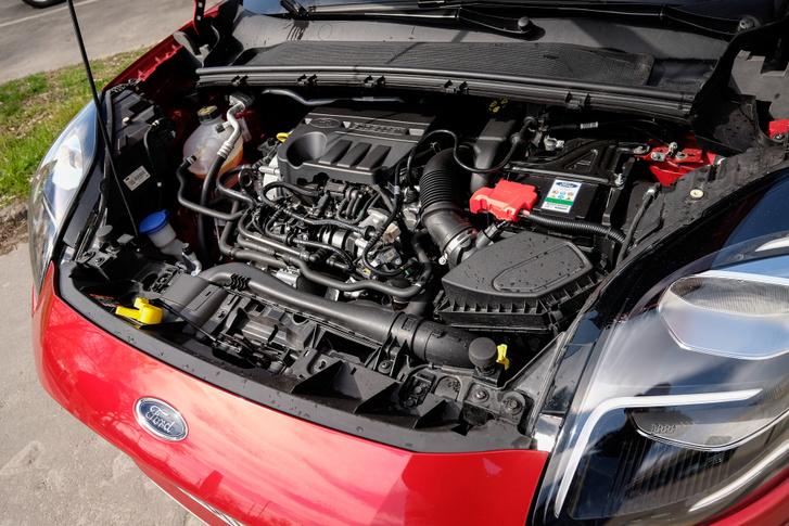 Ide minden befért: benzinmotor, turbó, töltőlevegő-hűtő, villanymotor, váltó