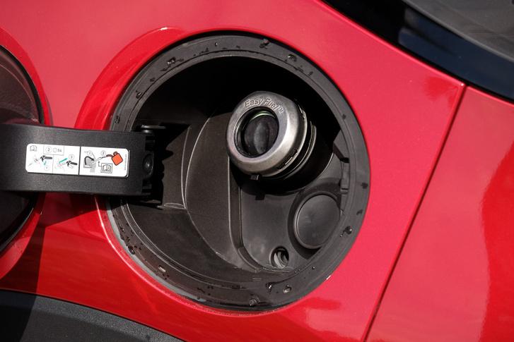 A félretankolást megakadályozó, tanksapka nélküli FlexiFuel-rendszer a Ford egyik ügyes találmánya